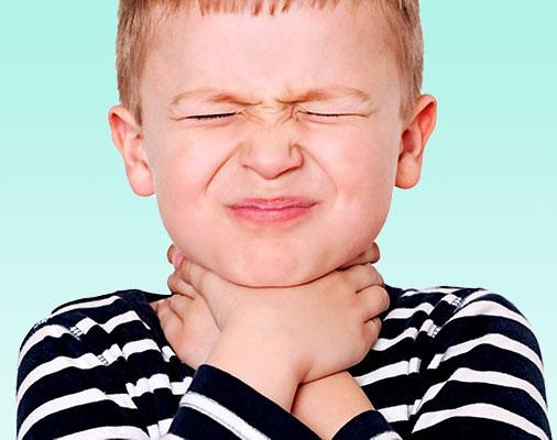 Ребенок с больным горлом
