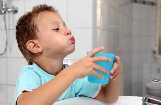 Как правильно лечить спреем ангину у ребенка