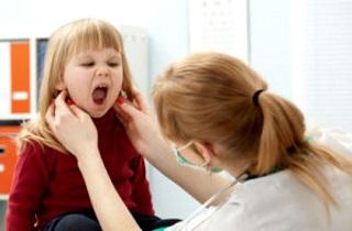 Как правильно лечить горло у 2-х летнего ребенка