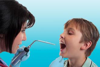 Врач делает ларингоскопию ребенку