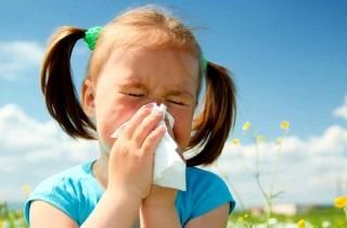 Почему появляются сопли при чихании у ребенка